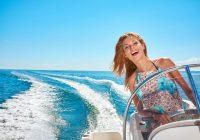Jonge vrouw die een boot bestuurd
